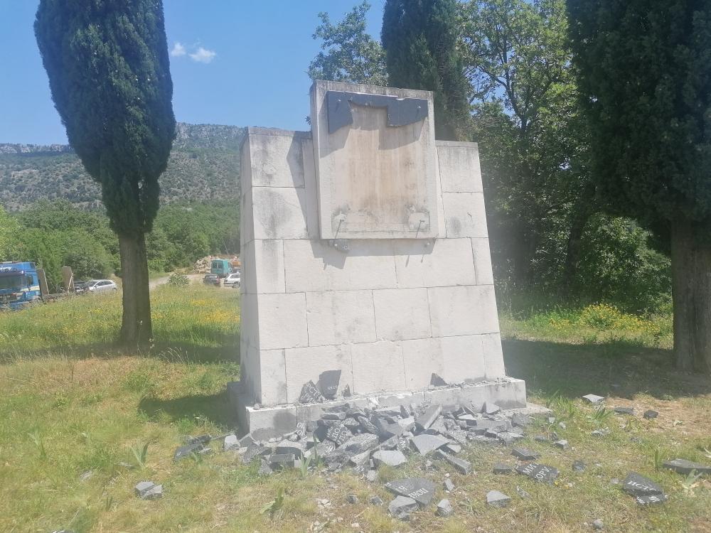 Vukovic Na Ravnom Lazu Plamen Slobode Koji Je Zapaljen U Julu